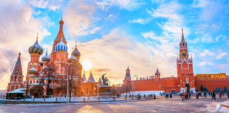 View of the Moscow Kremlin and Cathedral of St. Basil at the Red Square at sunset winter in Moscow, Russia Stockfoto