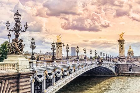 Pont Alexandre III (Alexandre III bridge) in Paris at sunset, France Foto de archivo