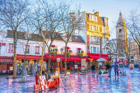 Place du Tertre in Montmartre in Parijs. In het gebied veel souvenirs en handwerk. In kleine huizen bevinden zich cafés, restaurants en kunstgalerijen. Stockfoto