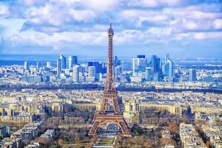Stadsbeeld van Parijs. Luchtmening van de belangrijkste aantrekkelijkheden van de Toren van Parijs Eiffel op achtergrond van bedrijfsdistrict van La-Defensie, van Montparnasse-wolkenkrabber, Frankrijk wordt gezien. Stockfoto