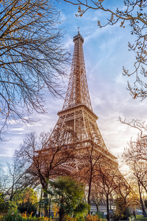 De toren van Eiffel in Parijs, Frankrijk. Romantische reisachtergrond Stockfoto
