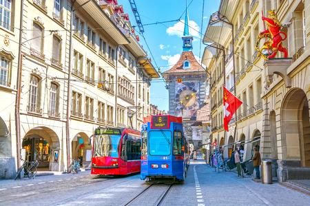 쇼핑 지역 및 Zytglogge 천문 시계 타워 베른, 스위스의 역사적인 오래 된 중세 도시의 센터에서 거리