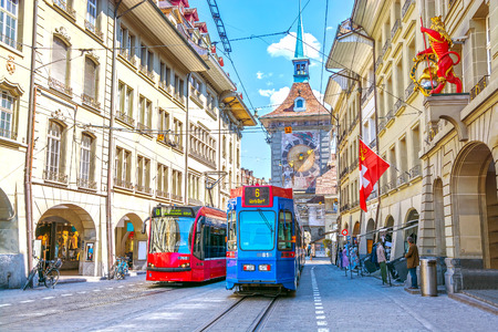 Straten met winkelgebied en Zytglogge-astronomische klokketoren in het historische oude middeleeuwse stadscentrum van Bern, Zwitserland