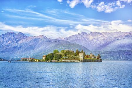イソラ ベラ イタリア、ストレーザ、アルプスの山を背景に美しい湖マッジョーレ島