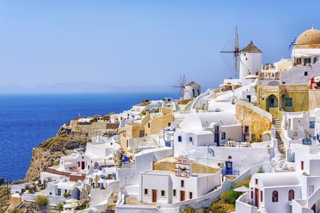 Arquitectura blanca tradicional con molinos de viento en el casco griego egeo , en santorini grecia grecia Foto de archivo - 88154258