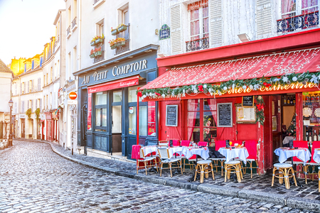 PARIS, FRANCE - DECEMBER 11, 2016: Typical Parisian cafe decorated for Christmas holidays in the artists' quarter Montmartre in Paris at winter morning, France 版權商用圖片 - 87458722