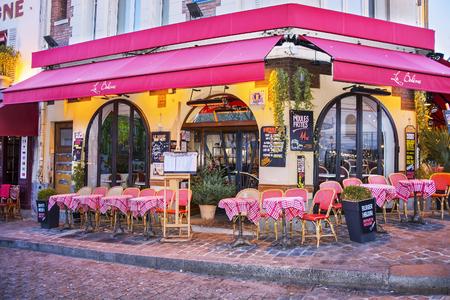 Paris, France - 11 décembre 2016: Café de rue français typique dans le quartier de Montmartre à Paris