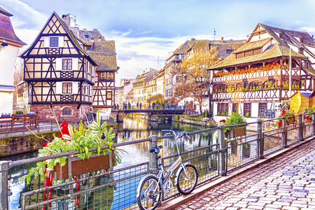 Casas de entramado de madera tradicionales en los canales pintorescos en La Petite France en la ciudad medieval del cuento de hadas de Estrasburgo, sitio del patrimonio mundial de la UNESCO, Alsacia, Francia. Foto de archivo - 92383629