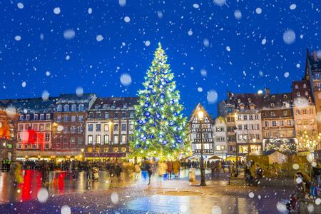 Weihnachtsbaum und Weihnachtsmarkt am Kleber-Platz nachts in der mittelalterlichen Stadt von Straßburg - Hauptstadt von Noel, Elsass, Frankreich.