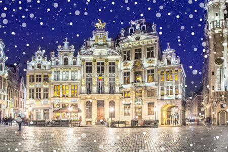 Grand Place in Brussels on a snowy winter night, Belgium Foto de archivo - 105090925
