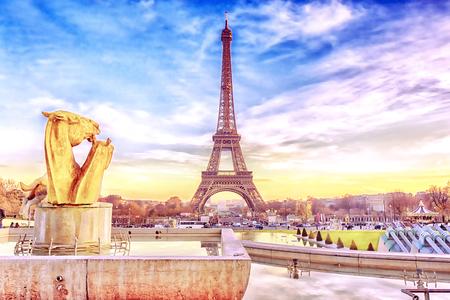 Torre Eiffel al atardecer en París, Francia. Fondo romántico de viajes. Foto de archivo - 89422720