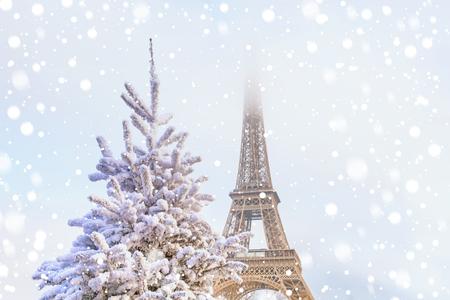 La Torre Eiffel es la atracción principal de París en el fondo de árboles de Navidad decorados en diciembre. Tarjeta de felicitación de viaje con la Navidad en París, Francia Foto de archivo - 89476170