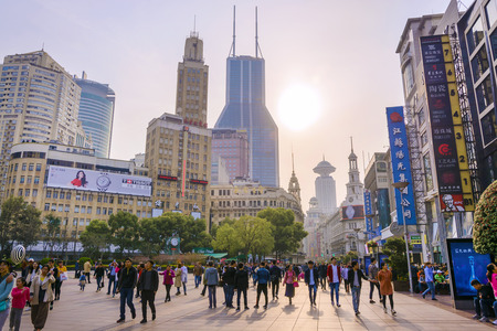 SHANGHAI, CHINA - March 25, 2018: Commercial shopping street Nanjing Road is the main shopping district of the city and one of the world's busiest shopping streets. Foto de archivo - 119861312
