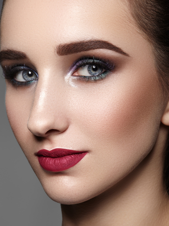 Bella donna con trucco professionale. Celebra lo stile del trucco degli occhi, delle sopracciglia perfette e della pelle splendente. Look alla moda brillante.