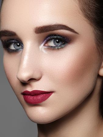 Schöne Frau mit professionellem Make-up. Feiern Sie Stil-Augen-Make-up, perfekte Augenbrauen, glänzende Haut. Heller Mode-Look.