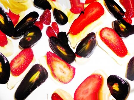 Las uvas negras, plátanos y fresas expresión Foto de archivo