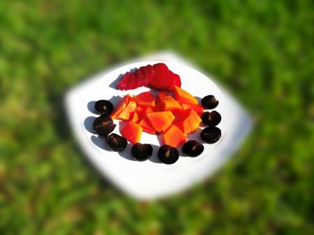 Ensalada de frutas sobre fondo de la hierba Foto de archivo