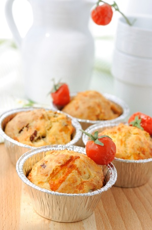 Muffins with dried tomatoes, cheese and ham