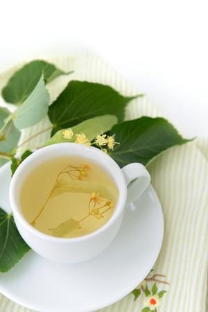 tilo: Copa blanca llena de té de Tilo. Foto de archivo