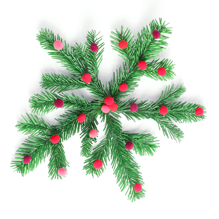flocon de neige fait de branches d'épinette. décor de nouvel an. mise à plat, vue de dessus.