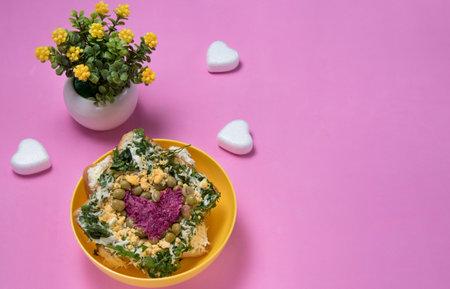 与可食的心脏的三明治在桃红色背景。情人节,生日,母亲节的食物艺术想法。文本的copyspace.