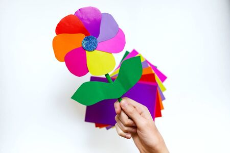 step by step instructions flower. How to make a flower at home from colored paper. Step 8. Easy creativity for children 3-7 years old. DIY art project for children. step-by-step instructions flower Banque d'images