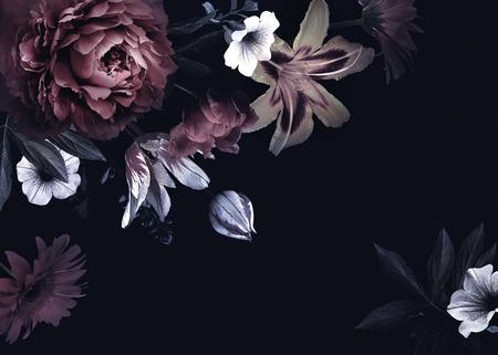 Carta d'epoca floreale con fiori. Peonie, tulipani, gigli, ortensie su sfondo nero. Modello per la progettazione di inviti di nozze, saluti delle vacanze, biglietti da visita, confezioni decorative