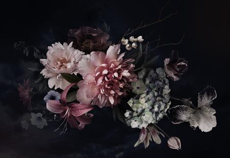 Fleurs anciennes. Pivoines, tulipes, lis, hortensia sur fond noir. Pour cartes de visite, couvertures, emballages de cosmétiques et parfums, décoration d'intérieur. Fond floral. Illustration floristique de style baroque.
