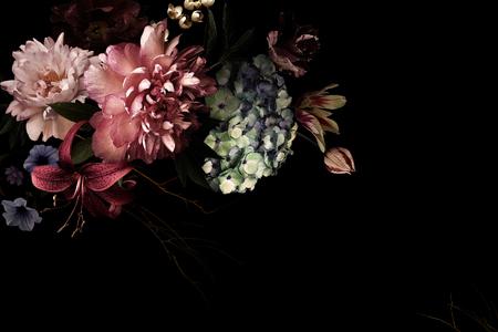 Uitstekende bloemen. Pioenrozen, tulpen, lelie, hortensia op zwart. Voor visitekaartjes, omslagen, cosmetica- en parfumverpakkingen, interieurdecoratie. Bloemen achtergrond. Florale illustratie in barokke stijl. Stockfoto