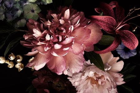 Flores de época. Peonías, tulipanes, lirios, hortensias en negro. Para tarjetas de visita, fundas, envases de cosméticos y perfumes, decoración de interiores. Fondo floral. Ilustración florística de estilo barroco. Foto de archivo
