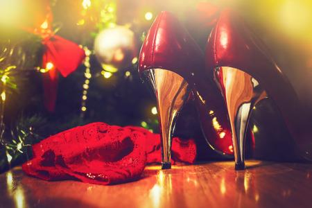 크리스마스 트리 아래 반짝이 붉은 색과 은색 하이힐 스톡 콘텐츠 - 68520459