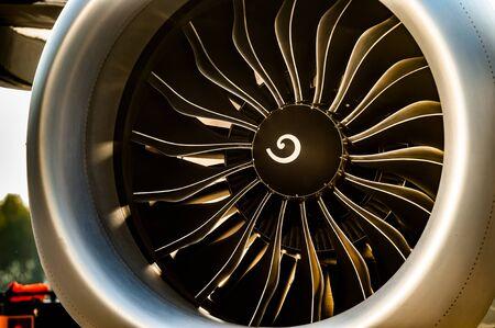 Vista cercana de la turbina del motor a reacción