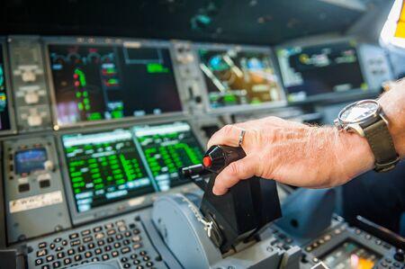 Hand on engine power control Zdjęcie Seryjne