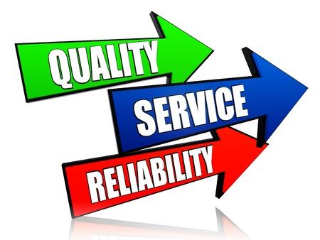 calidad, servicio, confiabilidad - palabras en 3D flechas de colores con el texto Foto de archivo