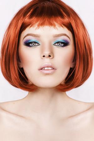 pelo rojo: Mujer con estilo hermosa con el pelo rojo sobre fondo blanco.