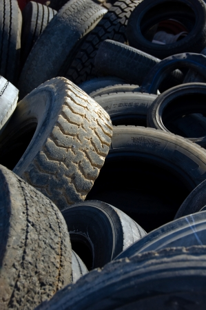 Many old car tires stacked in a pile  Standard-Bild