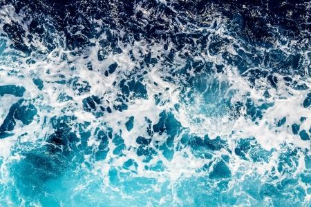 wzburzone morze: Areal strzał ciemnoniebieskie i wzburzone morze z wielu aerozolu morskiego Zdjęcie Seryjne