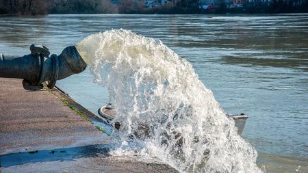 Les eaux de crue qui est pompé de la station de pompage en rivière Banque d'images - 29216423