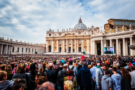 papal audience: VATICAN CITY, VATICAN - OCTOBER 29: Pope Francis holds a General Audience on st. Peters square filled with many pilgrims in Rome, Italy on October 29, 2014. Editorial