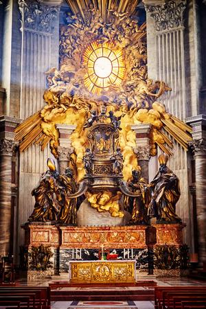 Abside de la basilique de Saint-Pierre à Rome. Chefs-d'?uvre de Bernini; Chaire de saint Pierre et Gloria, la descente du Saint-Esprit. Banque d'images - 44850488
