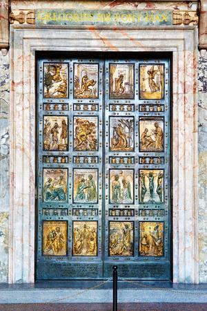 La Porte Sainte est l'entrée nord à la basilique Saint-Pierre au Vatican. Il est cimenté arrêt et seulement ouvert pour Jubilee ans. Banque d'images - 45093777