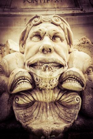 gargouille: Gargouille près de Panthéon de Rome, en Italie. Vintage traitement de vieux film. Banque d'images