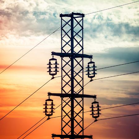 torres de alta tension: Tiro de la silueta de las torres de electricidad con el cielo nublado