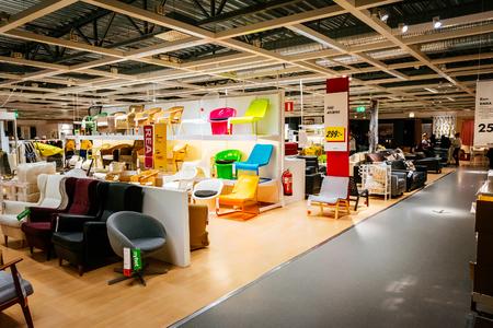 Malmö, Zweden - 2 januari 2015: Binnenland van grote IKEA winkel met een breed scala van producten in Malmö, Zweden. Ikea werd opgericht in Zweden in 1943, Ikea is 's werelds grootste retailer meubelen.
