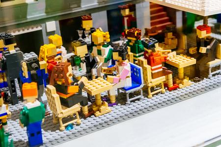 KOPENHAGEN, DENEMARKEN - JANUARI 3, 2015: Legobeeldjes en vormt de Lego-opslag die Nyhavn-buurt in Kopenhagen, Denemarken tonen.