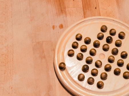 logica: comenzando movimiento del solitario chino, un juego de mesa de lógica Foto de archivo