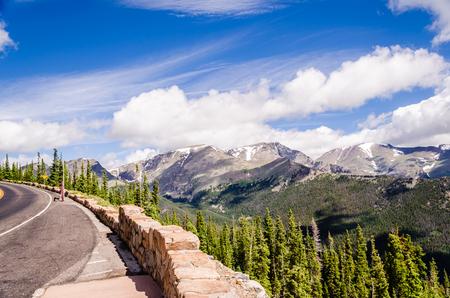 empedrado: paisaje desde la curva de arco iris en el camino de montaña rastro, colorado durante el verano Foto de archivo