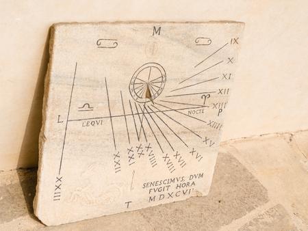 edad media: vista de un reloj de sol de las edades media