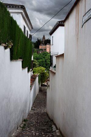 view of a narrow street in albaici, the arab quarter in granada. spain Imagens - 131921649