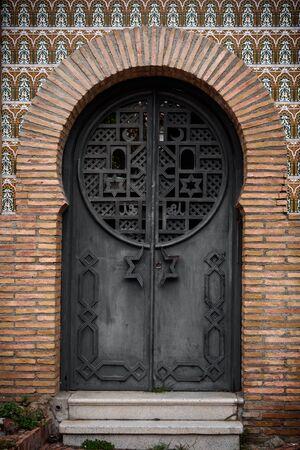 architecture detail of an arab door in grenade, spain. Imagens